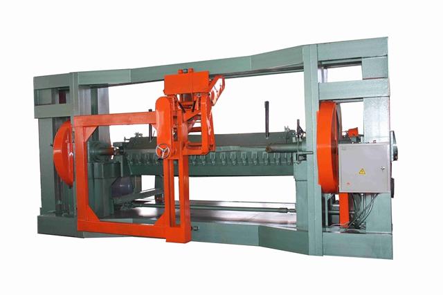 Tool adjustment method of the spindle veneer peeling machine.