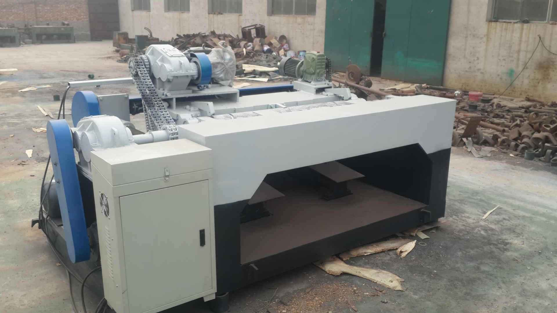 Features and principles of shaftless veneer peeling machine