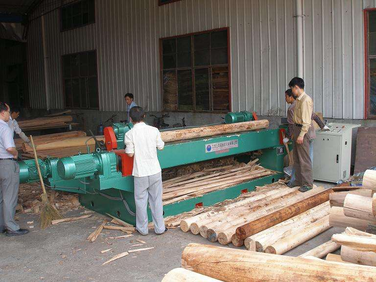 Which parts of the CNC veneer peeling machine are easy to wear